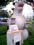 駐車場にいる返事をする恐竜